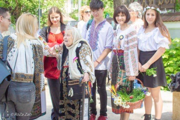 Plimbare în costum tradițional prin București